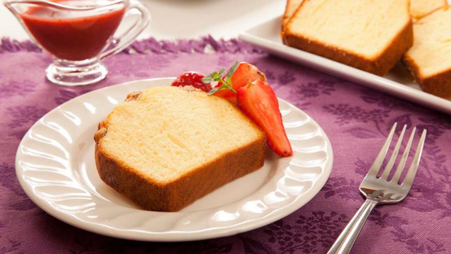 Panqué de nuez Bimbo® con salsa de manzana y fresas