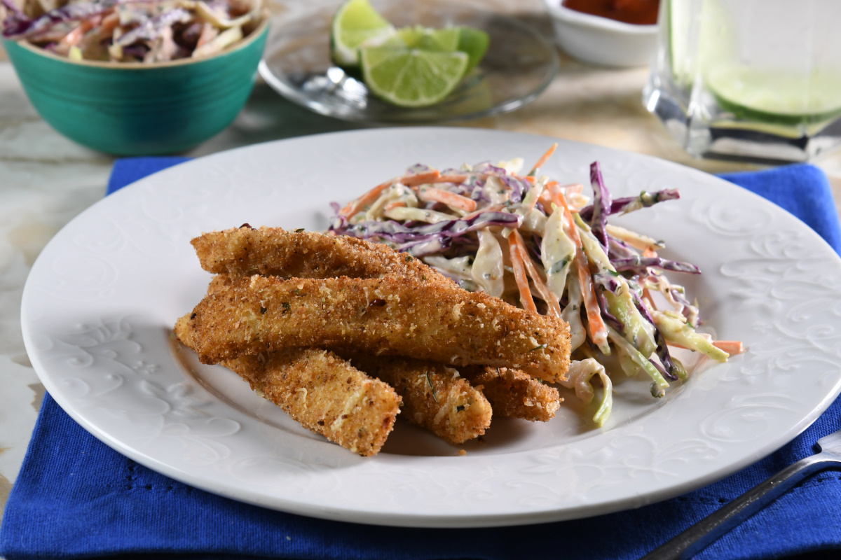 Barritas de pescado con chipotle y parmesano, con ensalada de col morada