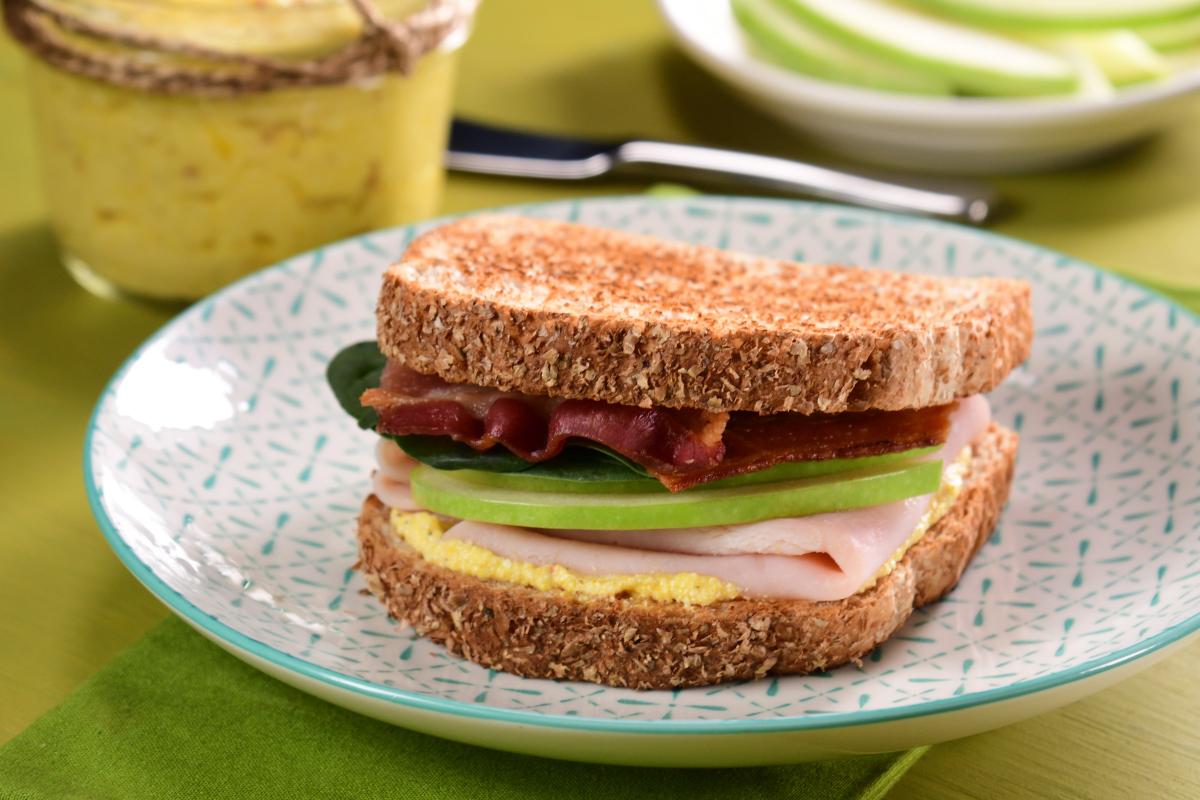 Sándwich de manzana y jamón