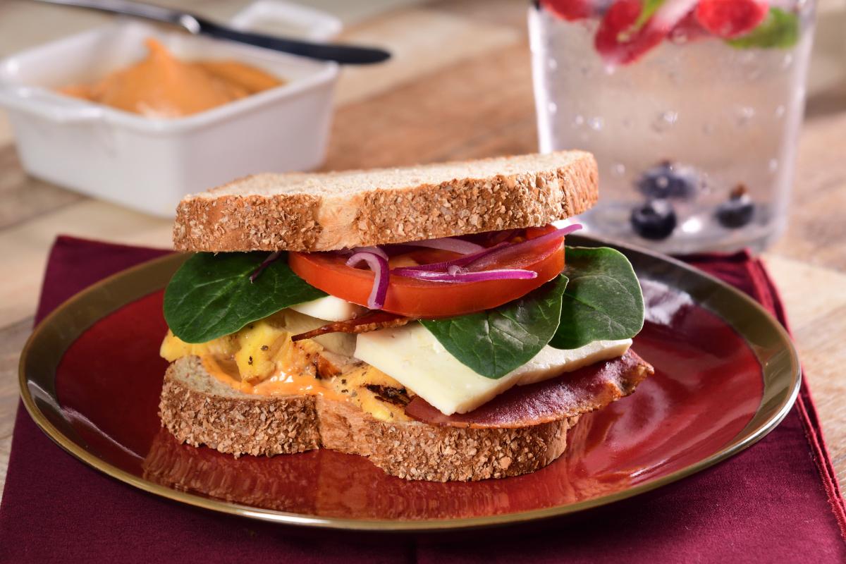 Sándwich de pollo con tocino y espinacas
